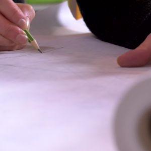 Lägg mönsterpapper ovanpå mönsterarket och rita av en mönsterdel i taget