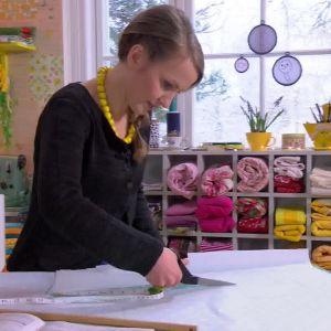 Lee klipper ut mönsterdelarna hon ritat av