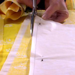 Lee klipper ut tygbitarna med sömsmån