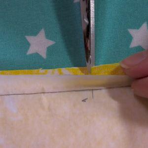 Vid små anvisningar för t.ex armhåla kan man klippa ett litet hack i sömsmånen