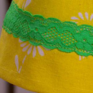 En spetskant pryder klänningen