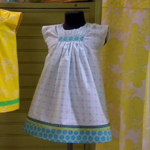Lee sydde två söta små klänningar