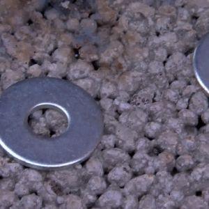 Vid svetsandet används galvaniserade brickor som fästen till hyllan
