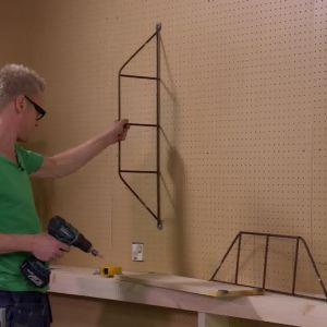 gavlarna skruvas fast på väggen