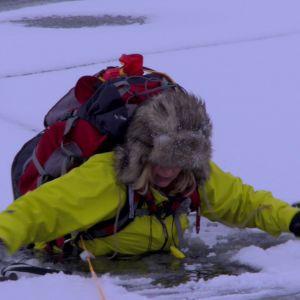 Ifall man går igenom isen är det viktigt att hålla sig lugn