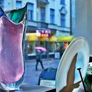 Lasitaidegallerian ikkunassa Kari Alakosken ja Marja Hepo-ahon suunnittelemaa ja puhaltamaa lasitaidetta