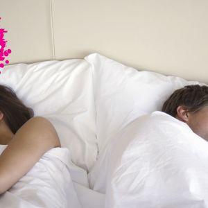 ett par som ligger bort vända från varandra i en säng