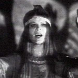 Raya Alenius esittää hippiasussa lauluja Hairista.