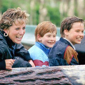 Prinsessa Diana poikiensa Williamin ja Harryn kanssa huvipuistossa