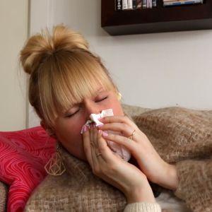 Flunssainen nainen niistää