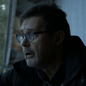 Huolestunut mies lähikuvassa