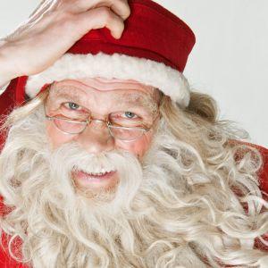 Joulupukki katsoo kameraan mietteliäänä.