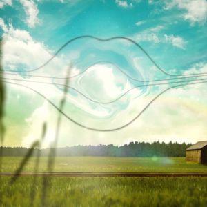 Puhelinlangat muodostavat huulet taivaalle maalaismaisemassa