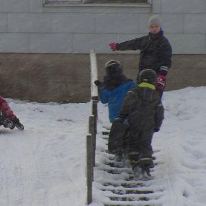 Barn åker ner för en pulkabacke.