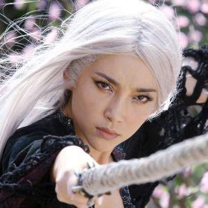 Nuori nainen miekka kädessään