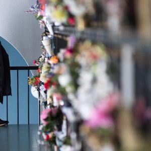 Nainen seisoo uurnaholvissa Hietaniemen hautausmaalla.