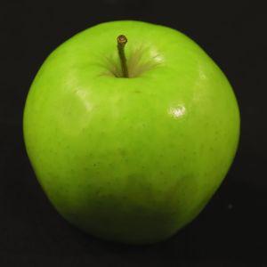 Vihreä Granny Smith -omena mustalla taustalla
