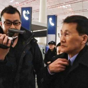 Den nordkoreanska toppdiplomaten Choe Kang-Il på flygplatsen i Peking på väg till Helsingfors