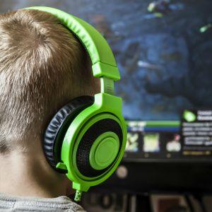 Poika pelaa videopeliä.