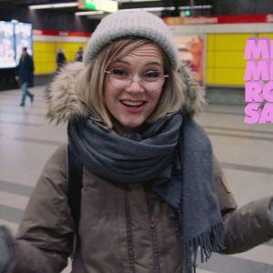 Ronja Salmi katsoo kameraan ja levittää käsiään metrotunnelissa