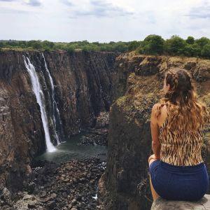 Sandy Stadelmann sitter och tittar på ett vattenfall