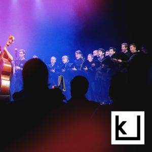 Kapellimestari ohjaa orkesteria ja kuoroa.