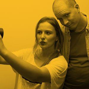 Yona ja Akse Pettersson ottavat kuvaa.