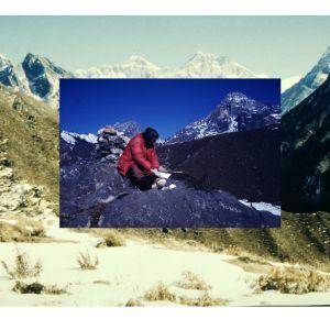Nuori kuvataiteilija Satu Kiljunen teki 1980-luvun alussa kaksi Aasian-matkaa. Himalajan vuoriston korkeuksissa hän pystyi visualisoimaan oman mielenmaisemansa pyöreäksi.