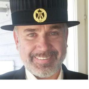 Tuore filosofian tohtori Jaakko Nuutila mustassa hatussaan Helsingin yliopistossa 2016.