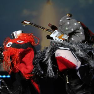 Strumpartisterna Blackie Laglös och Martin sjunger låten Ett lejon under min säng i den fjärde semifinalen av Strumphittarna 2018.