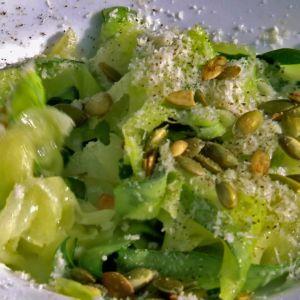 Zucchinitagliatelle på vit tallrik