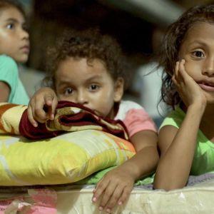 nuoria tyttöjä kodittomien hätämajoituksessa.