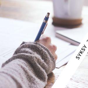 Kuvassa lähikuva kädestä piirtämässä kuvioita paperille.