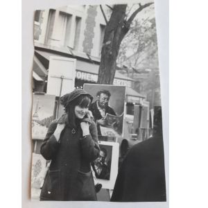 Tuva Korsström nuorena äitinä ja opiskelijana Pariisissa syksyllä 1971 Montmartrella. Repussa Tuomas-poika.