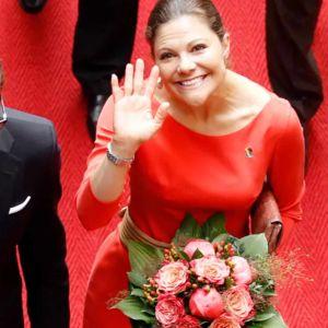 Ruotsin prinsessa Victoria heiluttaa, hänen vierellään prinssi Daniel.