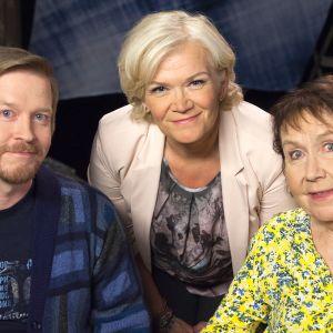 Elokuvaohjaaja Einari Paakkanen ja professori Marja-Liisa Honkasalo Anne Flinkkilän vieraina.