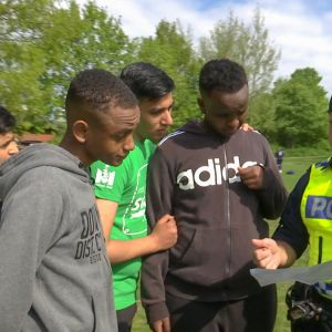 Ylen Ulkolinja ohjelmassa kulkee ruotsalaispoliisin mukana Malmön ongelma-alueilla.