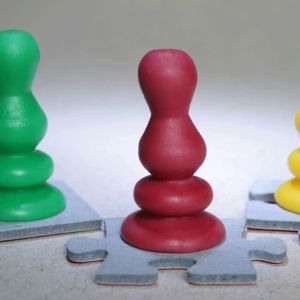 vihreä, punainen ja keltainen pelinappula
