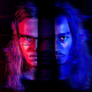 Käsitellyssä kuvassa nuoren miehen kasvot jakautuvat kahtia, punaiselle ja siniselle väripohjalle.
