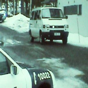 Poliisiautoja kerrostalon pihalla