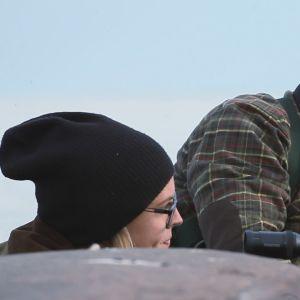 Säljägare och dotter på lur på klippor