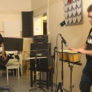 Marko Perälä, Marko Kivistö och Petri Keltaniemi spelar i en musikverkstad i Vasa