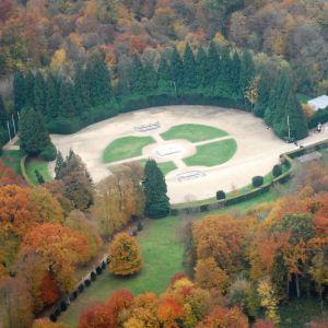 Compiègnen aselepoaukio Ranskassa on raivattu metsään paikalle, jossa Ranskan ja Saksan aselepoa neuvottelevien valtuuskuntien junat kohtasivat v. 1918 ja 1940.