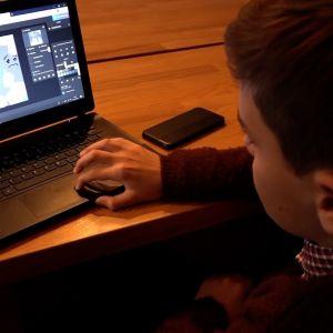 Den polska pojken Patryk vid sin dator.