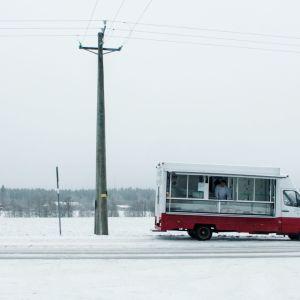 Dokumenttielokuva Yrittäjä kertoo kahdesta erilaisesta yrittäjästä kahdessa hyvin erilaisessa Suomessa.