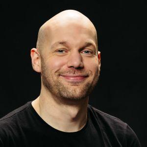 Kirjallisuuskriitikko, toimittaja Aleksis Salusjärvi.