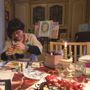 kvinna sitter och målar
