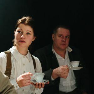 Kolme upseerismiestä ja nainen juomassa pöydän ääressä kahvia ja konjakkia. Rooleissa Pyry Nikkilä, Roosa Södeholm, Santtu Karvonen ja Robin Svartström.