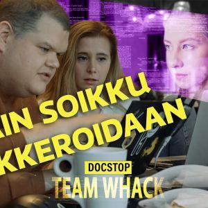 Hakkerit Iiro Uusitao ja Laura Kankaala istuvat tietokoneella.