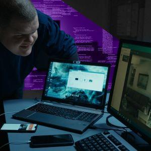Iiro Uusitalo katsoo tietokoneen ruutua.